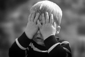 У мальчика болят глаза