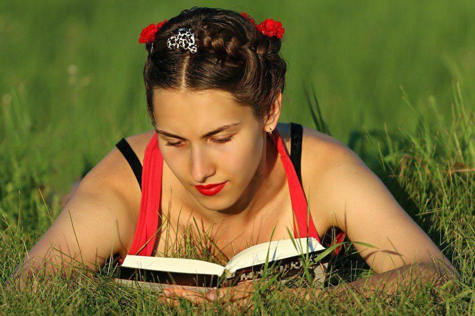 Девушка читает лежа