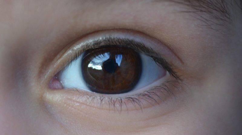 Линза в глазу у ребенка