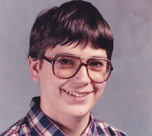 Подросток в очках