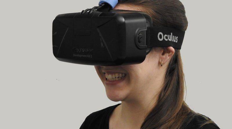 Девушка в очках для виртуальной реальности