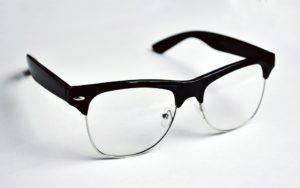 Очки в чёрной оправе