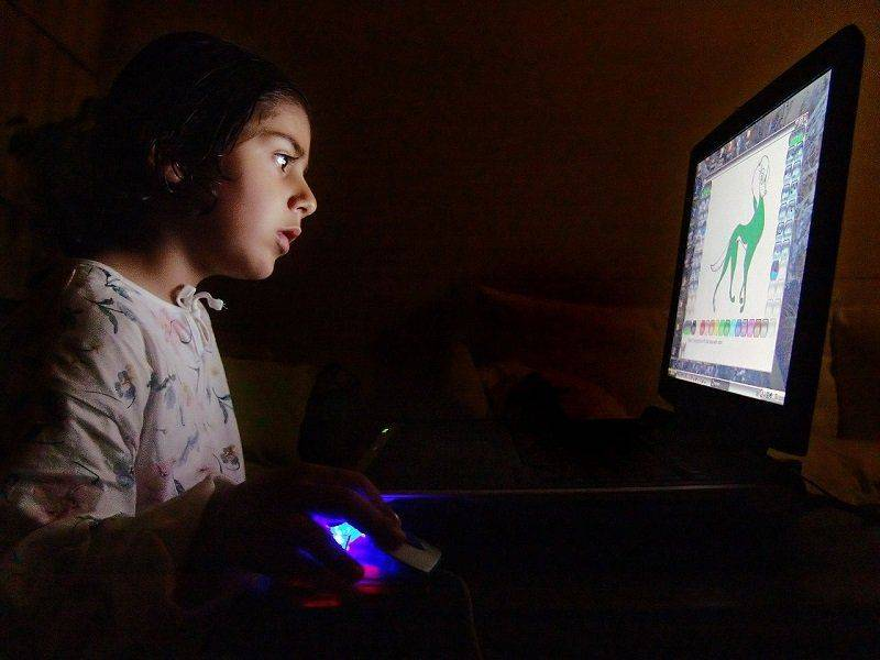 Девочка сидит за компьютером
