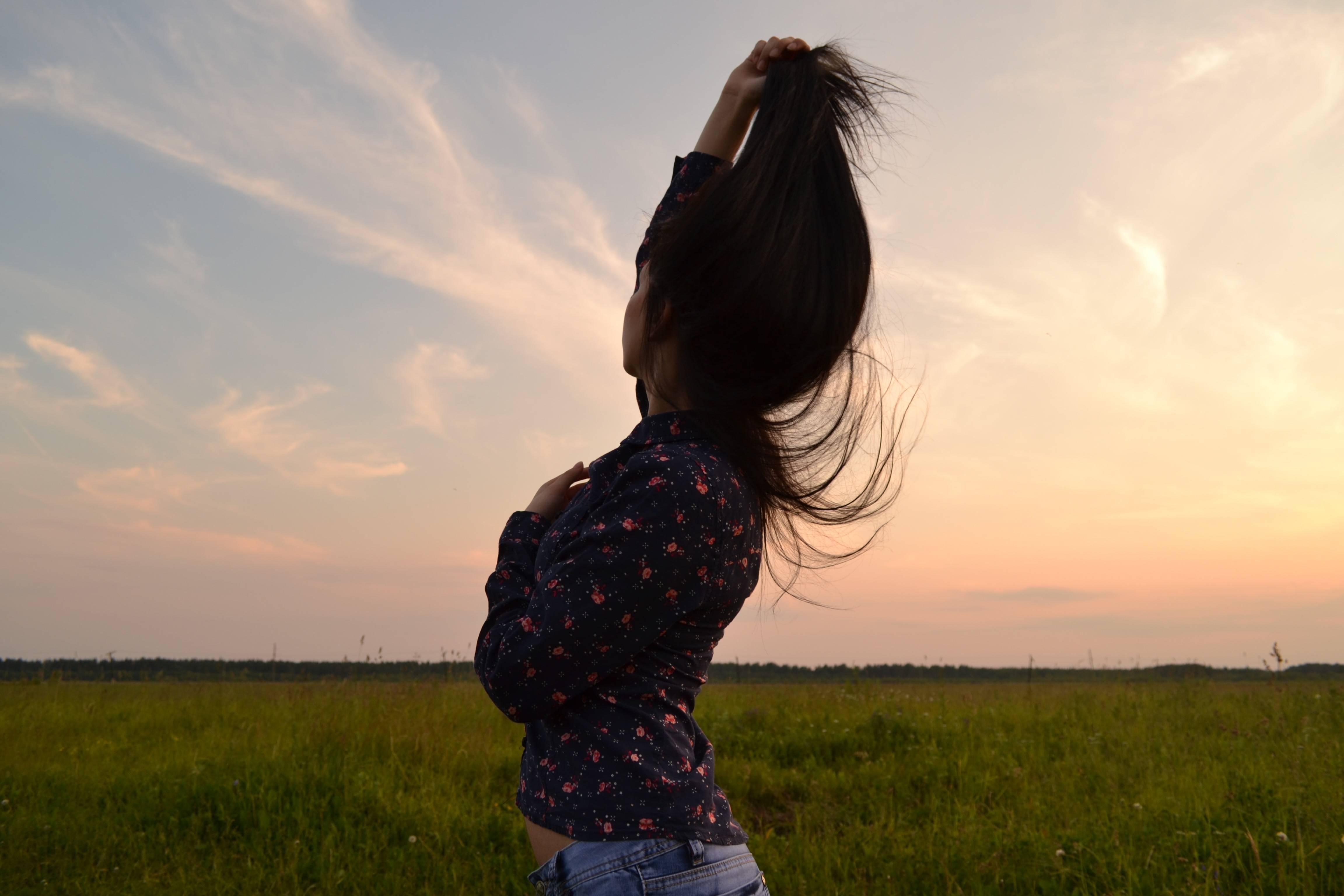 Нарисованные брюнетки на аву. фотки красивых девушек брюнеток сзади. завораживающее фото на аватарку - брюнетки со спины